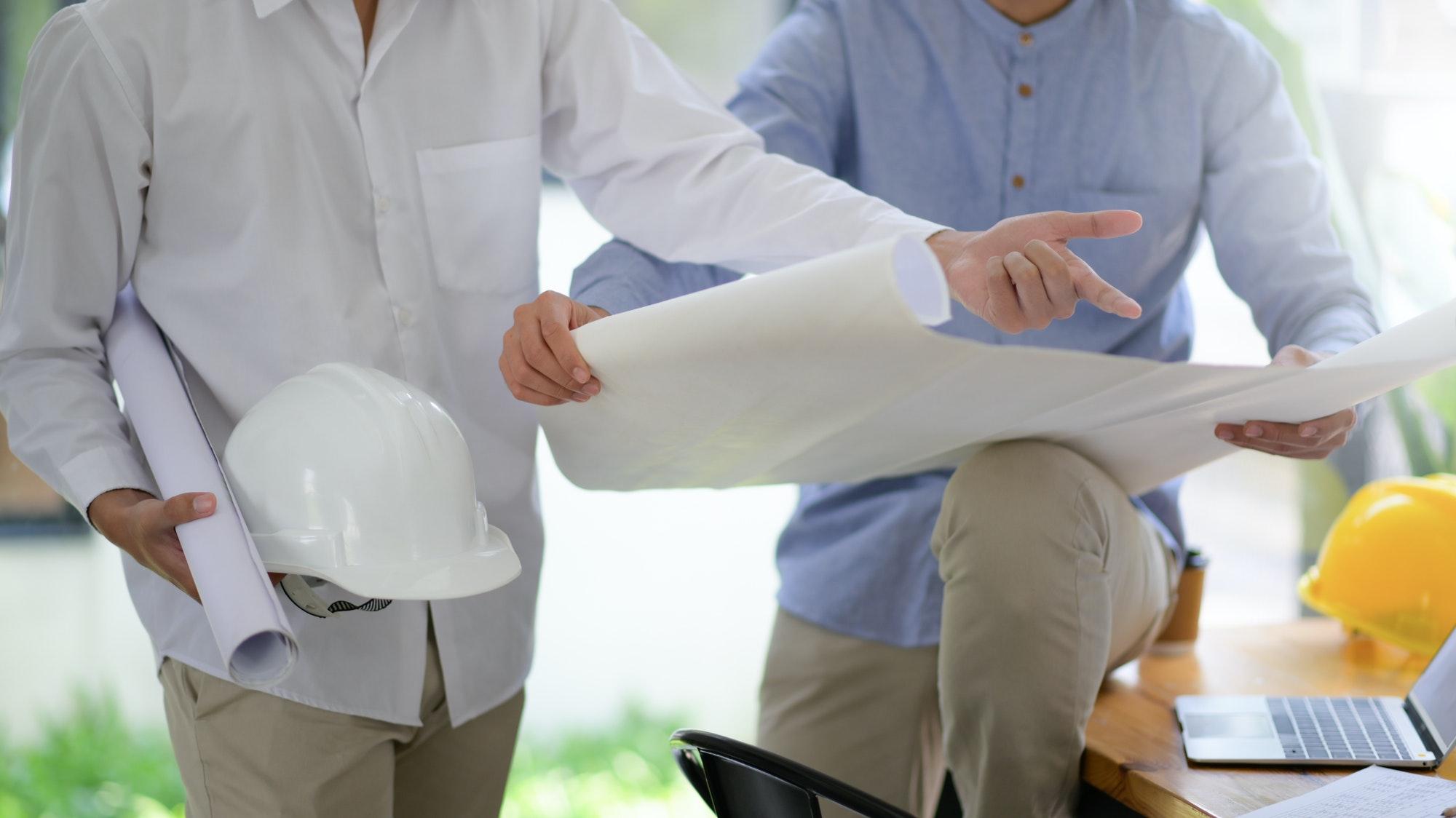 Reformas Las Palmas constructores de viviendas diseñando planos de las casas para planificar los trabajos de construcción.